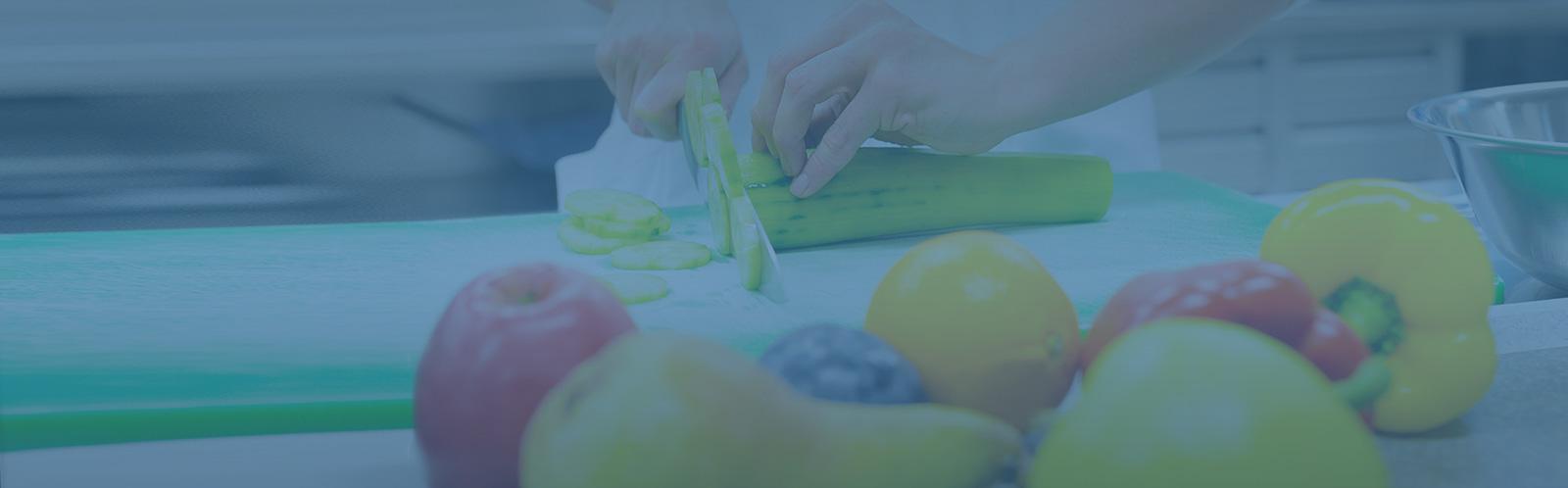Gesundes Gemüse und Obst wird zubereitet